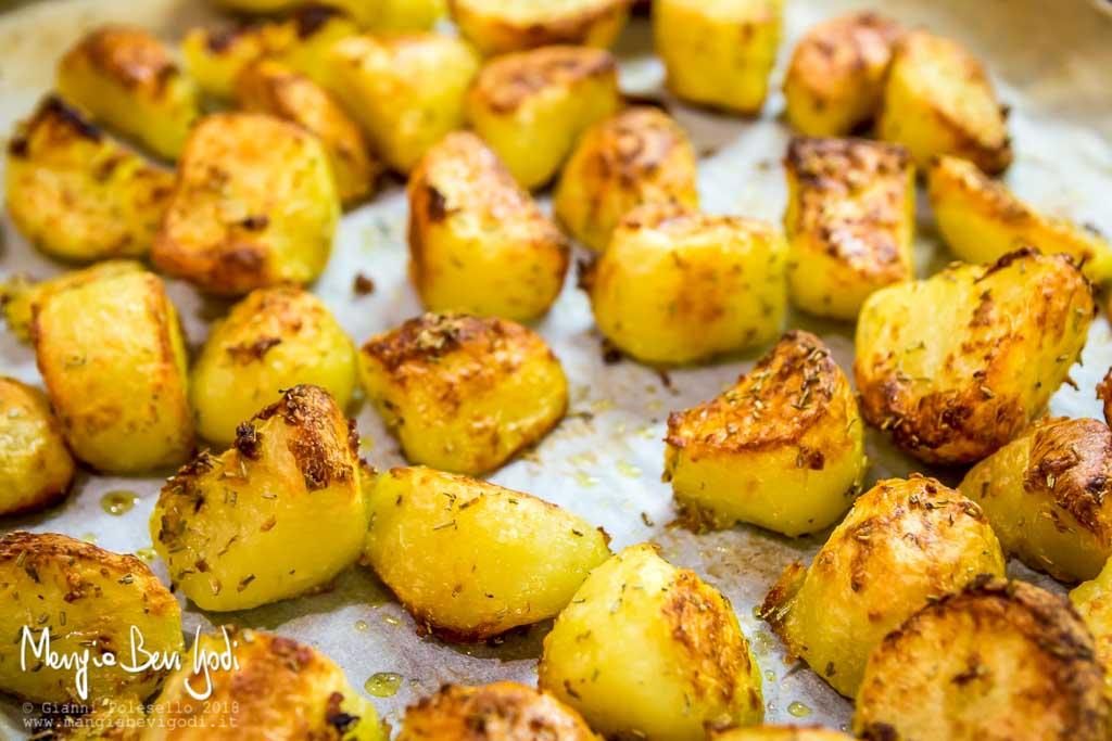 Cottura delle patate su teglia da forno