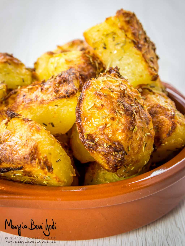 Cosa Cucinare Per Molte Persone patate al forno croccanti col trucco del bicarbonato