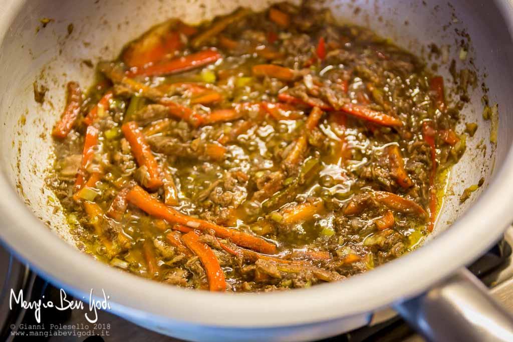 Preparazione sugo tonno, peperoni e patè di olive nere in padella di alluminio