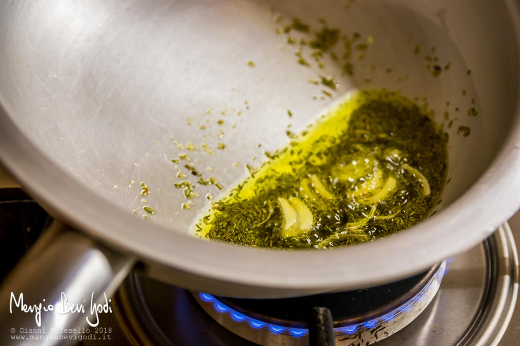 Soffriggere l'aglio e il rosmarino in una padella