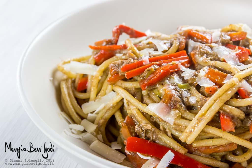 Spaghetti con tonno, peperoni e patè di olive nere