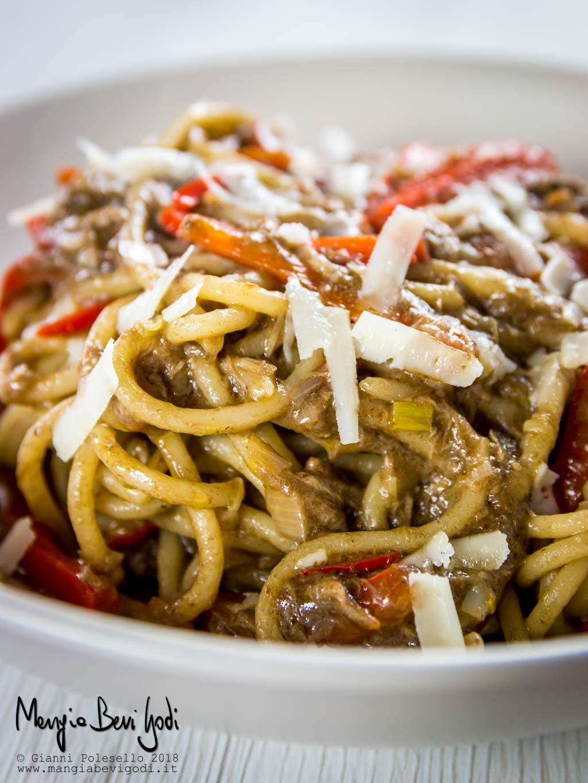 Spaghettoni con tonno, peperoni e patè di olive nere