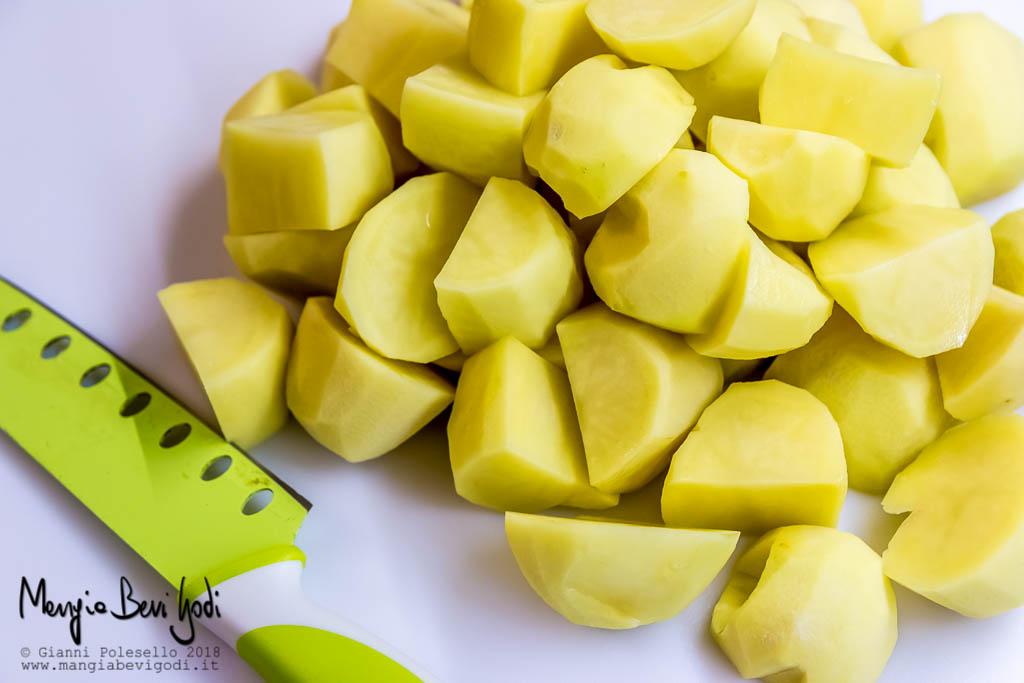 Tagliare le patate a spicchi grossolani