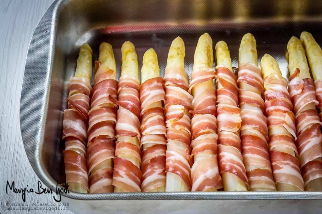 Asparagi avvolti in pancetta in teglia da forno