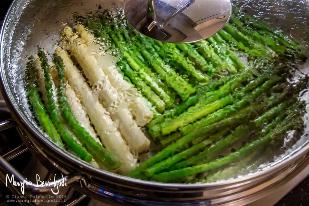 Cucinare gli asparagi a vapore