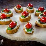 Crostini con feta, olive, pomodorini e basilico