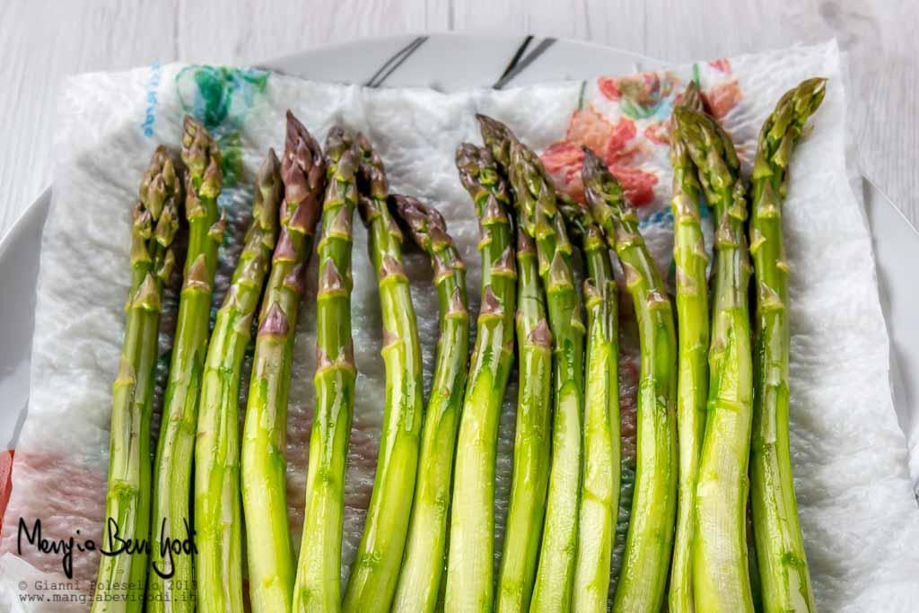 Cuocere gli asparagi nel microonde avvolti in carta assorbente bagnata