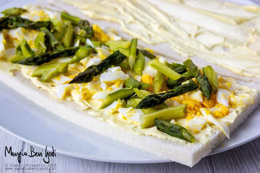 Preparazione tramezzini con uova e asparagi