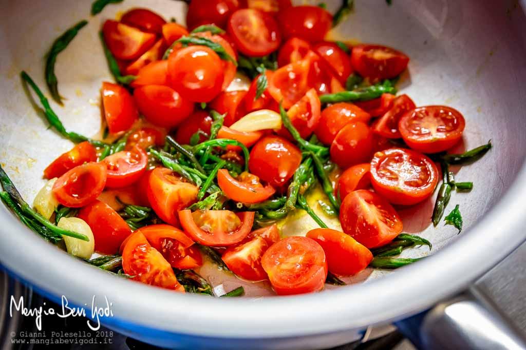 Preparazione sugo con bruscandoli e pomodorini in padella