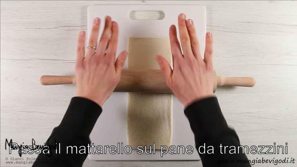 comprimere il pane da tramezzini con il mattarello
