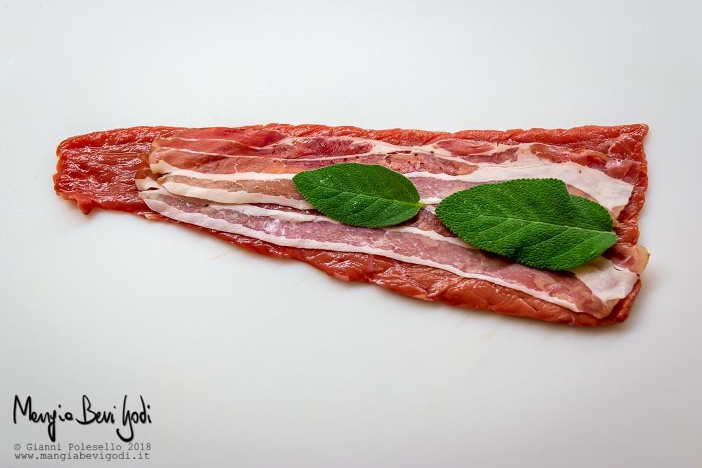 RIcoprire la carne con pancetta e foglie di salvia