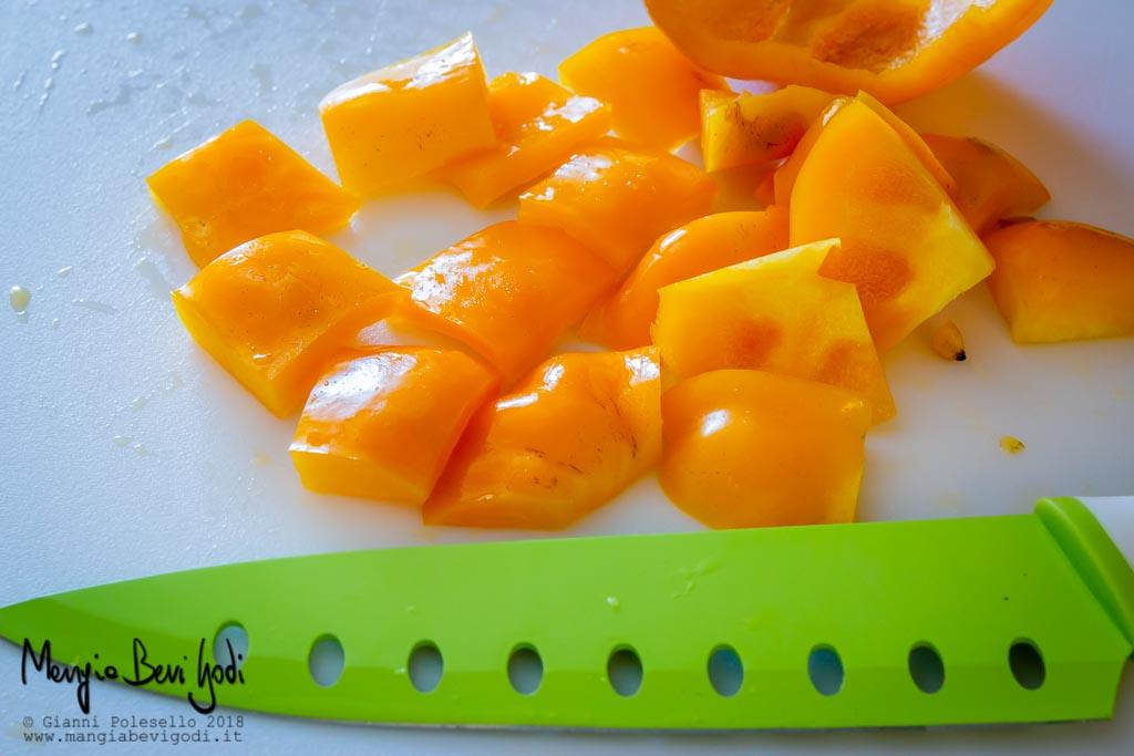 Peperone giallo tagliato a pezzi
