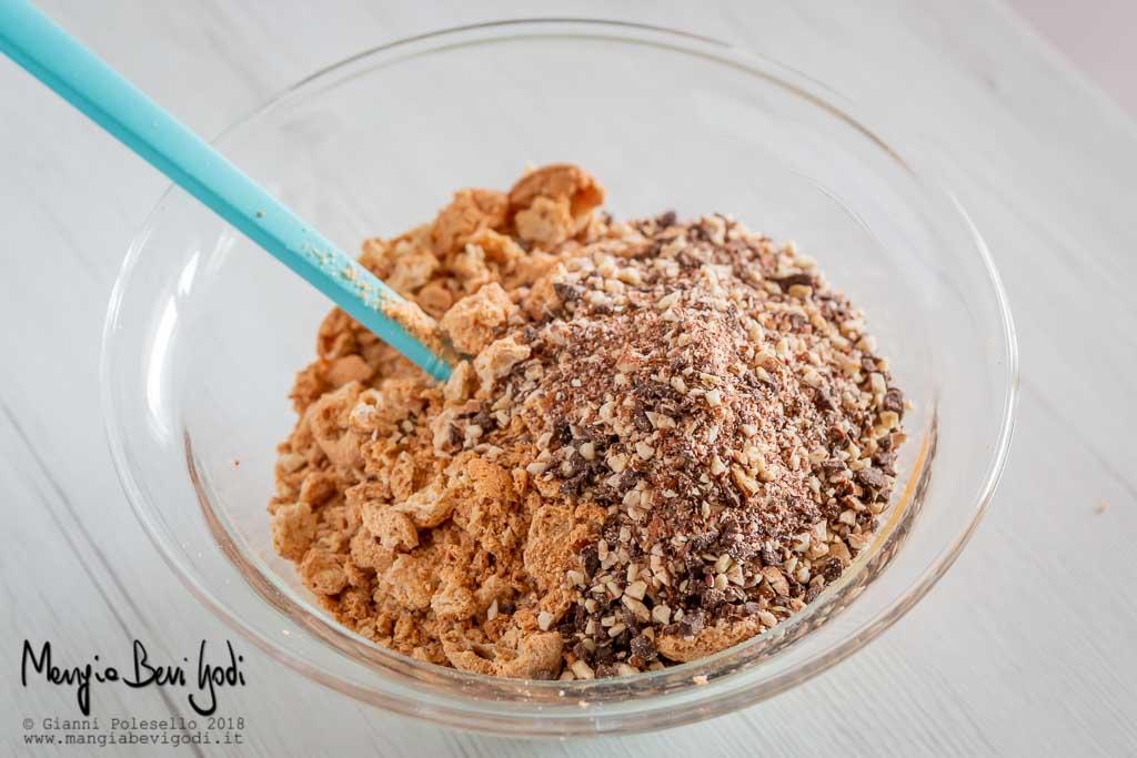 Aggiungere mandorle, amaretti e cioccolato al ripieno della torta mandorlata.