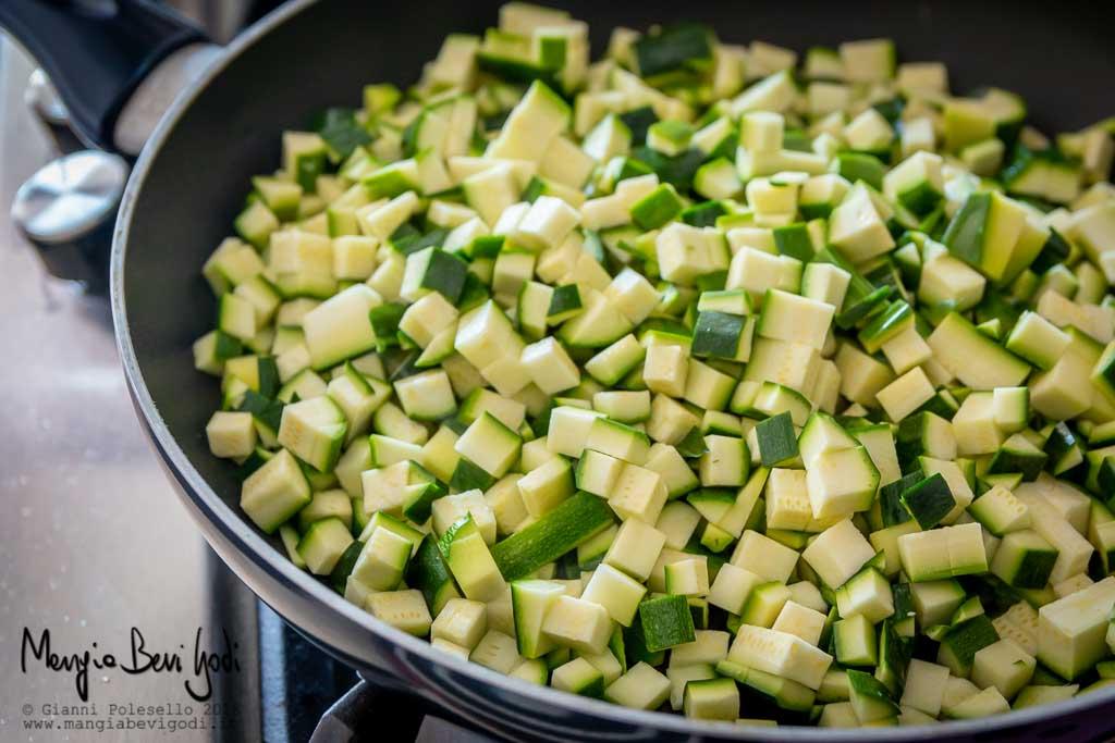 Cottura zucchine a cubetti in padella