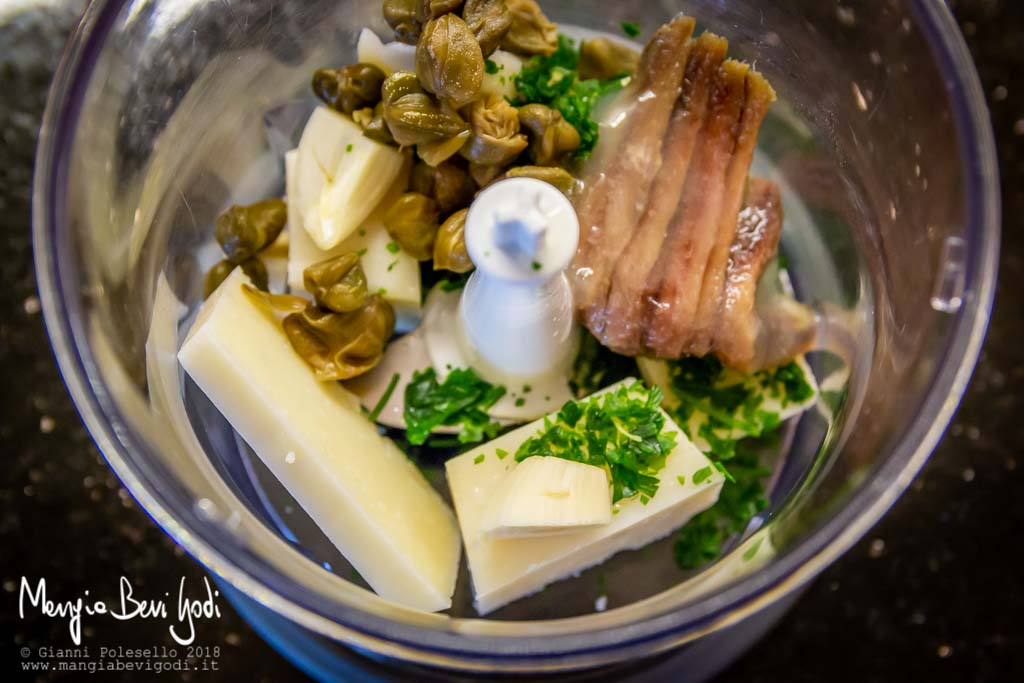 Tritare pecorino, aglio, capperi, prezzemolo e acciughe
