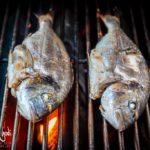 Cottura di due orate nella griglia del barbecue
