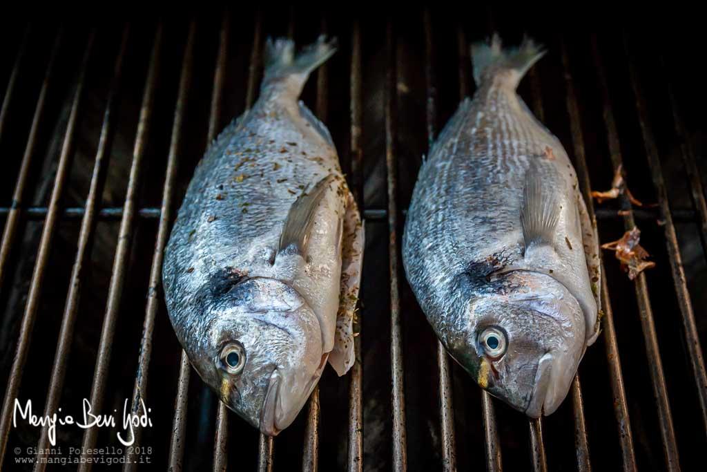 Orate cotte direttamente sopra la griglia del barbecue