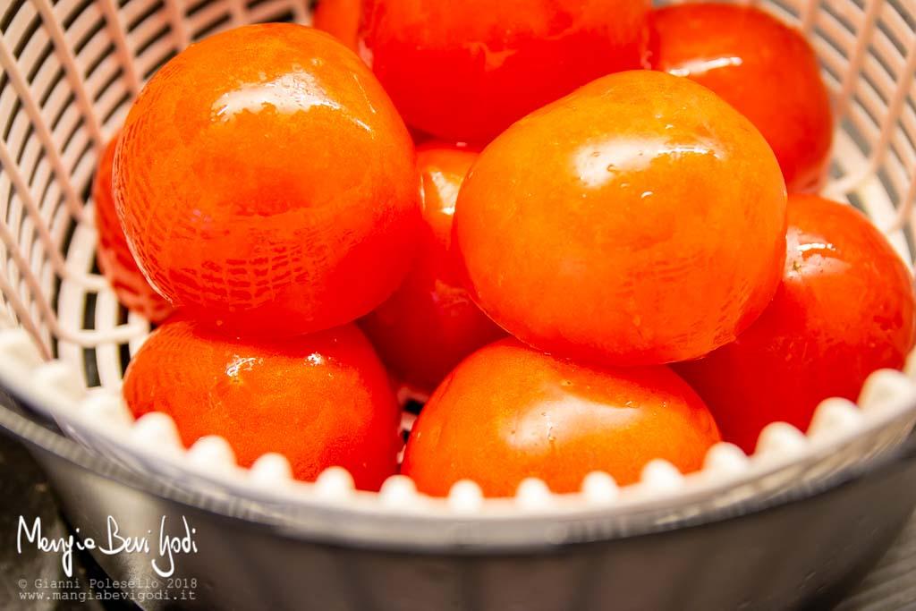 Far uscire l'acqua dai pomodori scolandoli con il sale