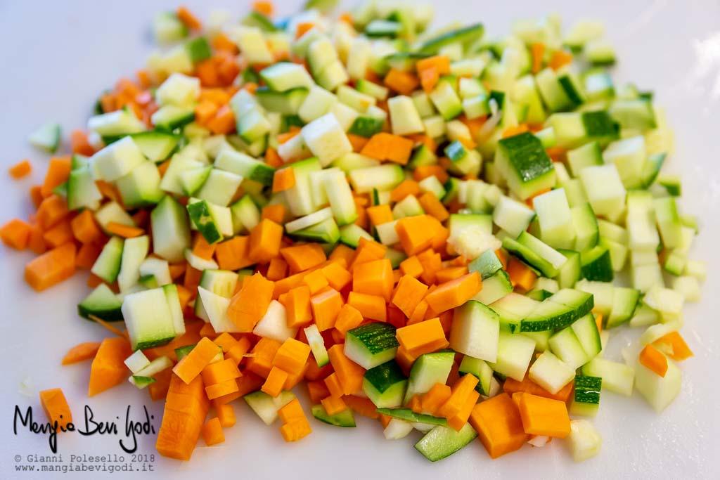 Tagliare a cubetti la carota e la zucchina