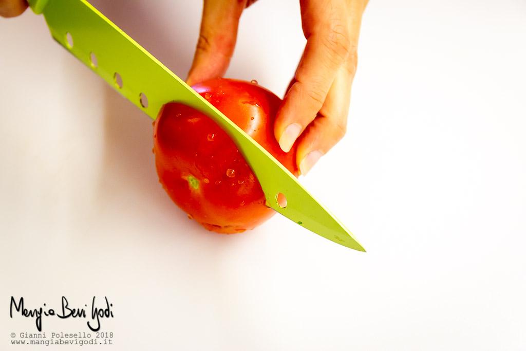 Tagliare la calotta dei pomodori
