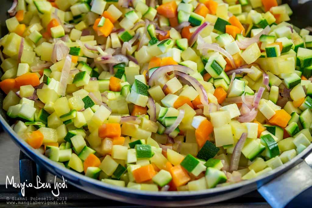 Cottura patate, carote, cipolla e zucchine
