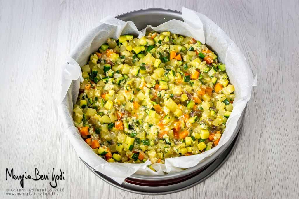Tortiera riempita con impasto per sformato di verdure