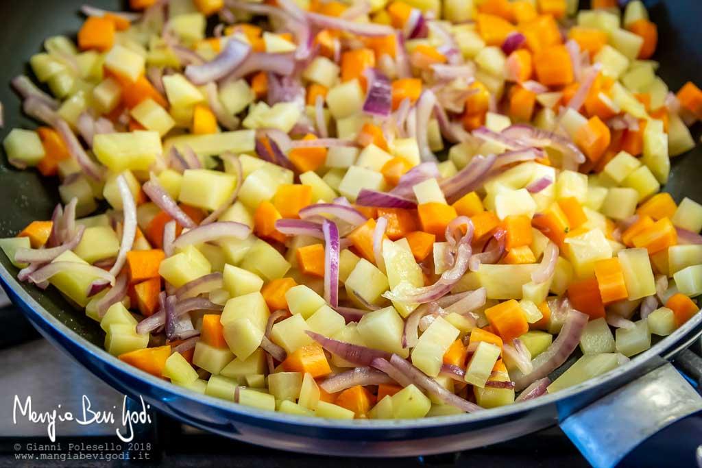Cottura cipolla, patate e carote in padella