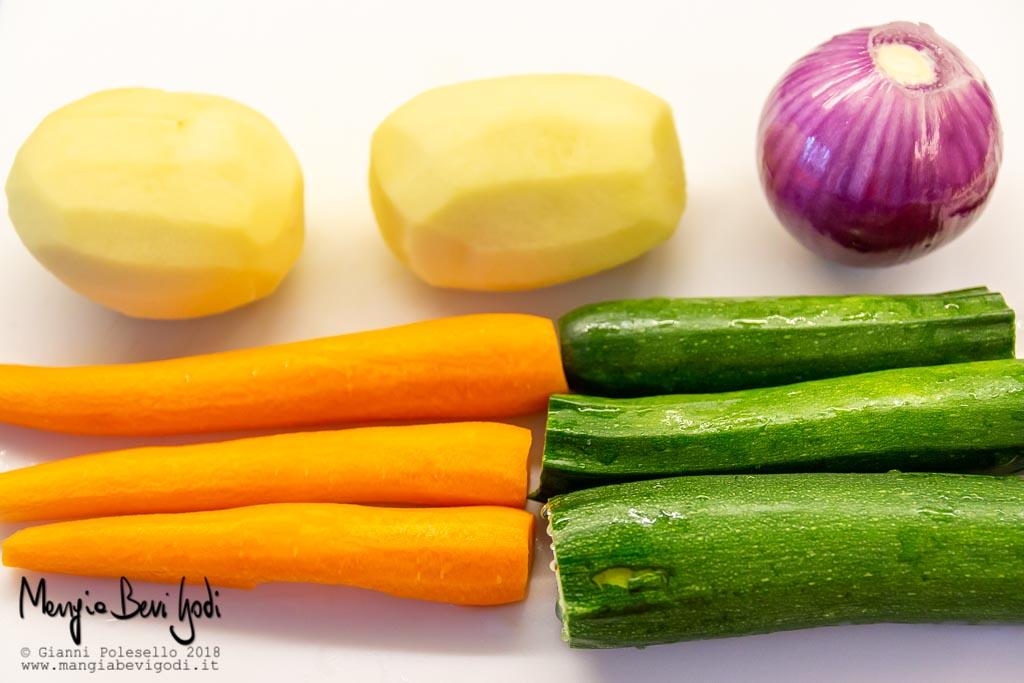 Verdure lavate per preparazione sformato: patate, cipolla, carote, zucchine