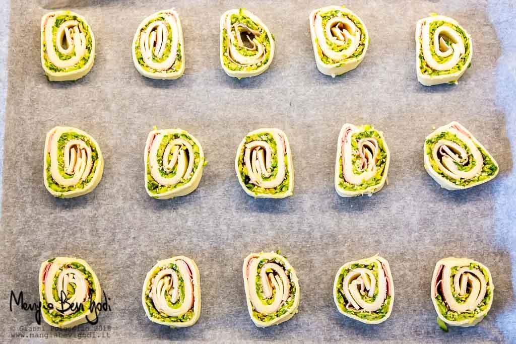 Cottura girelle di pasta sfoglia con zucchine su placca da forno