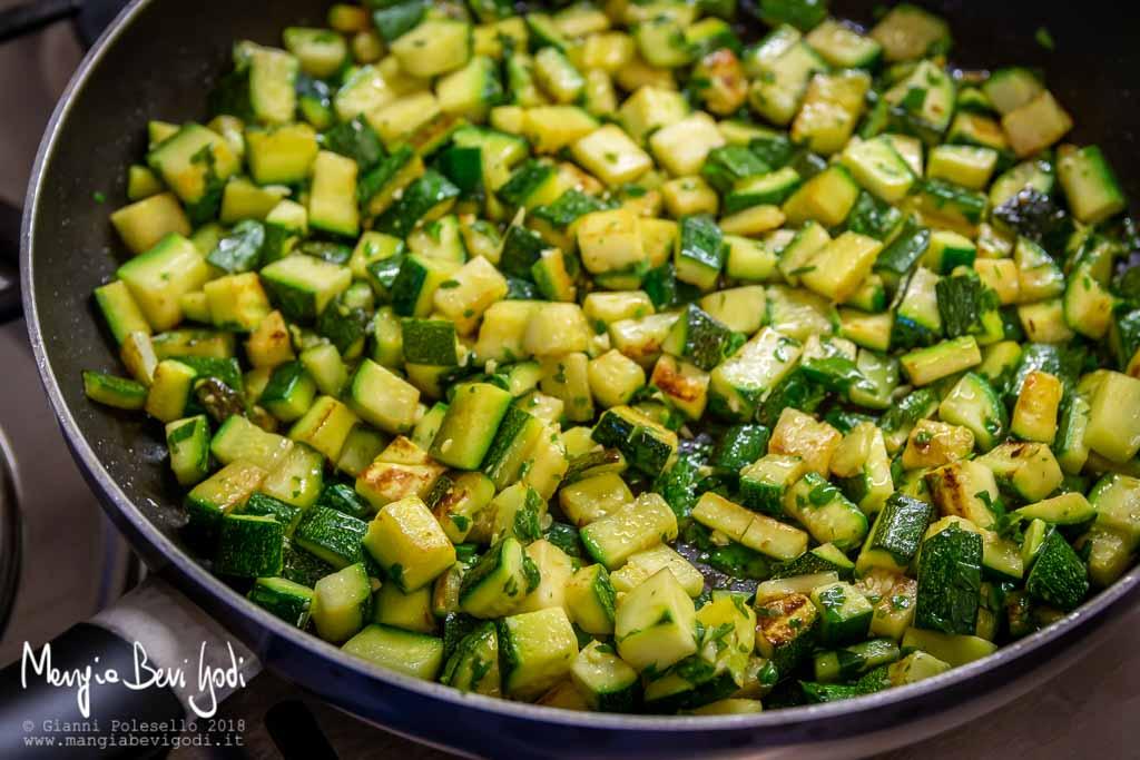 Condire le zucchine in cottura con il pesto di basilico