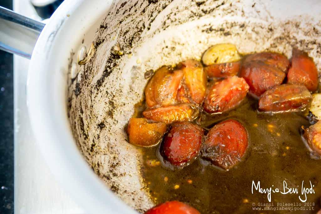 Preparazione sugo di calamaretti e pomodorini in padella