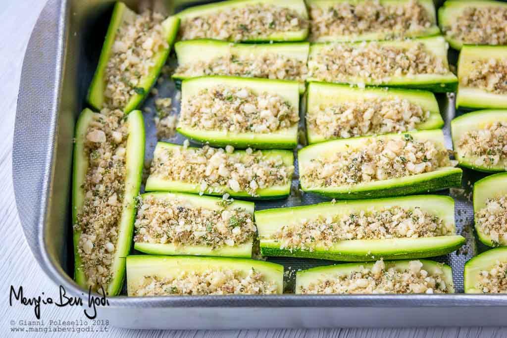 Zucchine ripiene disposte su teglia da forno