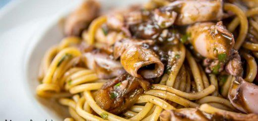 Spaghetti al nero con calamaretti spillo