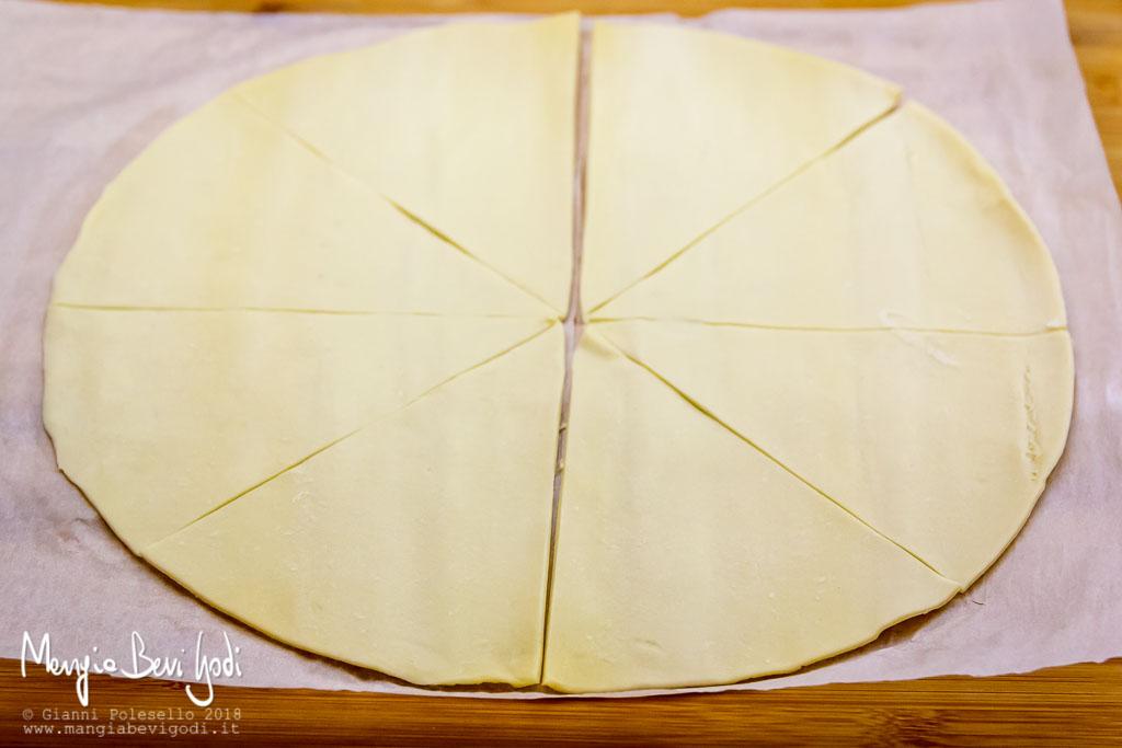 Pasta sfoglia tagliata in 8 spicchi