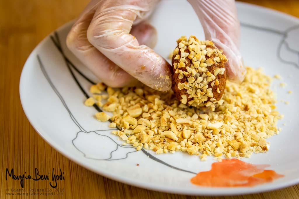 Rotolare biscotti nella granella di nocciole