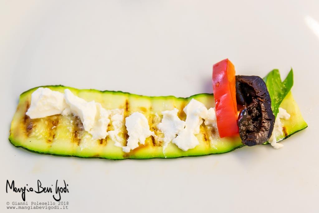 Fettina di zucchine grigliata spalmata di philadelphia, peperone, oliva nera e basilico