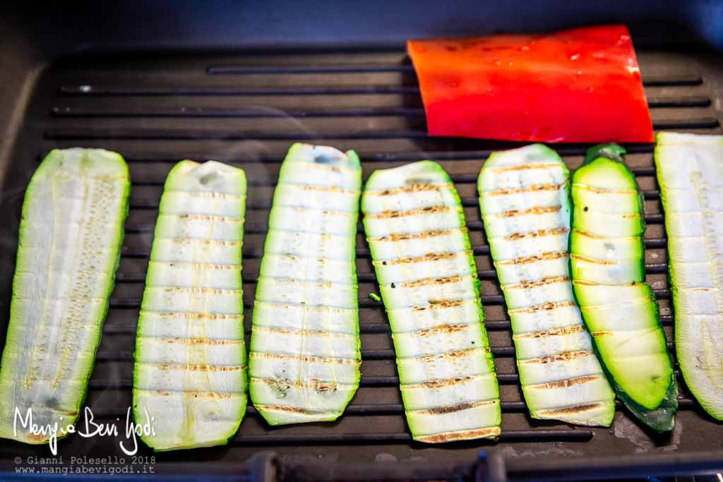 Grigliare le zucchine sulla bistecchiera
