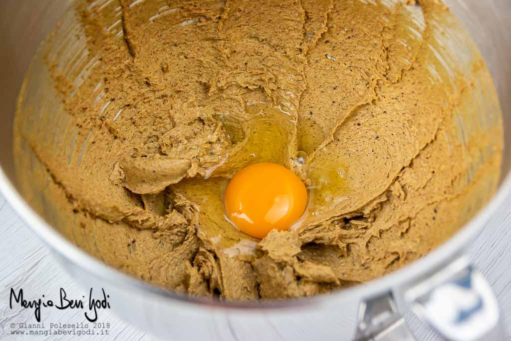 Aggiungere le uova all'impasto