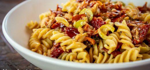 Pasta con pomodori secchi, tonno, olive e capperi