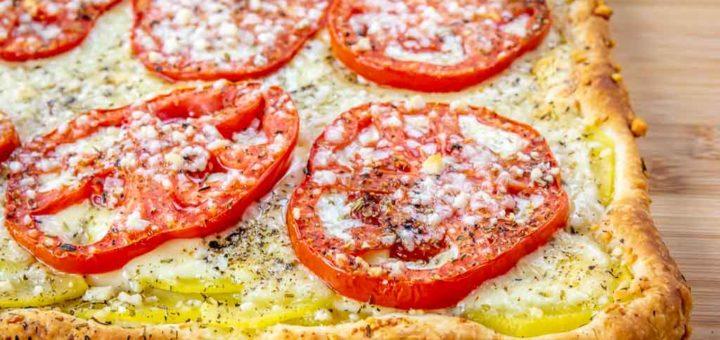 Torta salata con pomodori, patate e formaggio