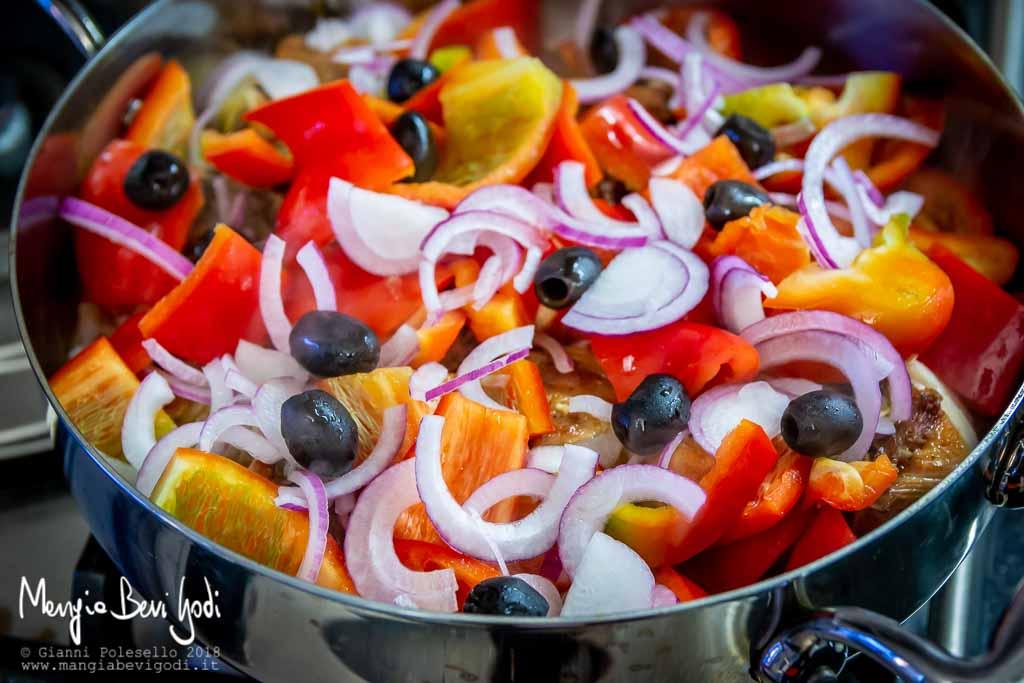 Aggiungere i peperoni, la cipolla e le olive nere
