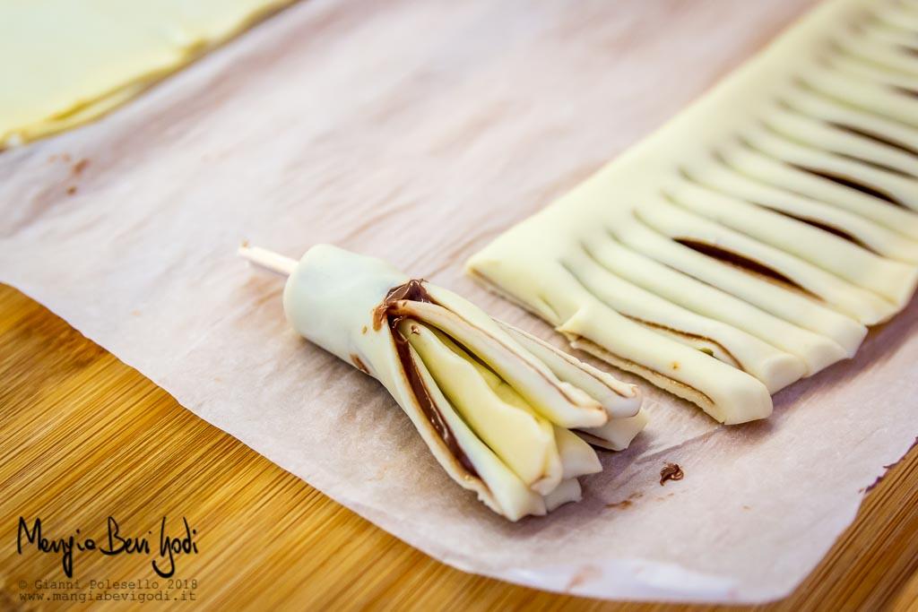 Arrotolare le scopine di pasta sfoglia.