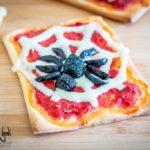 Pizzette di Halloween decorate con ragni e ragnatele