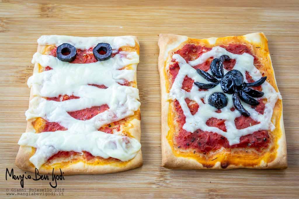 Pizzette di Halloween decorate con ragni, ragnatele e mummie