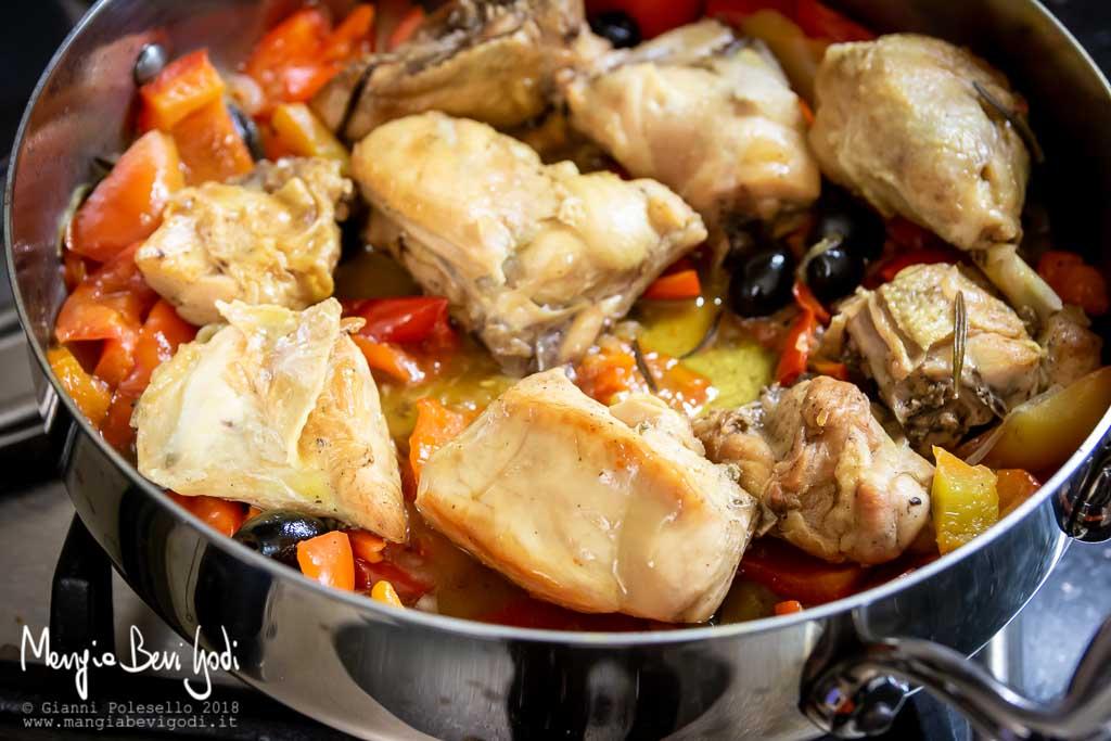 Preparazione pollo ai peperoni