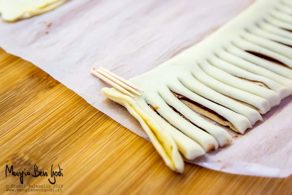 Appoggiare stuzzicadenti sulla pasta sfoglia
