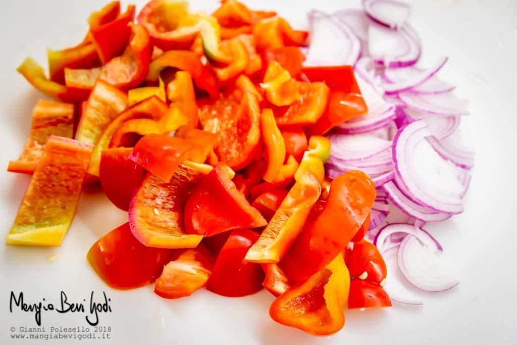 Affettare i peperoni e la cipolla