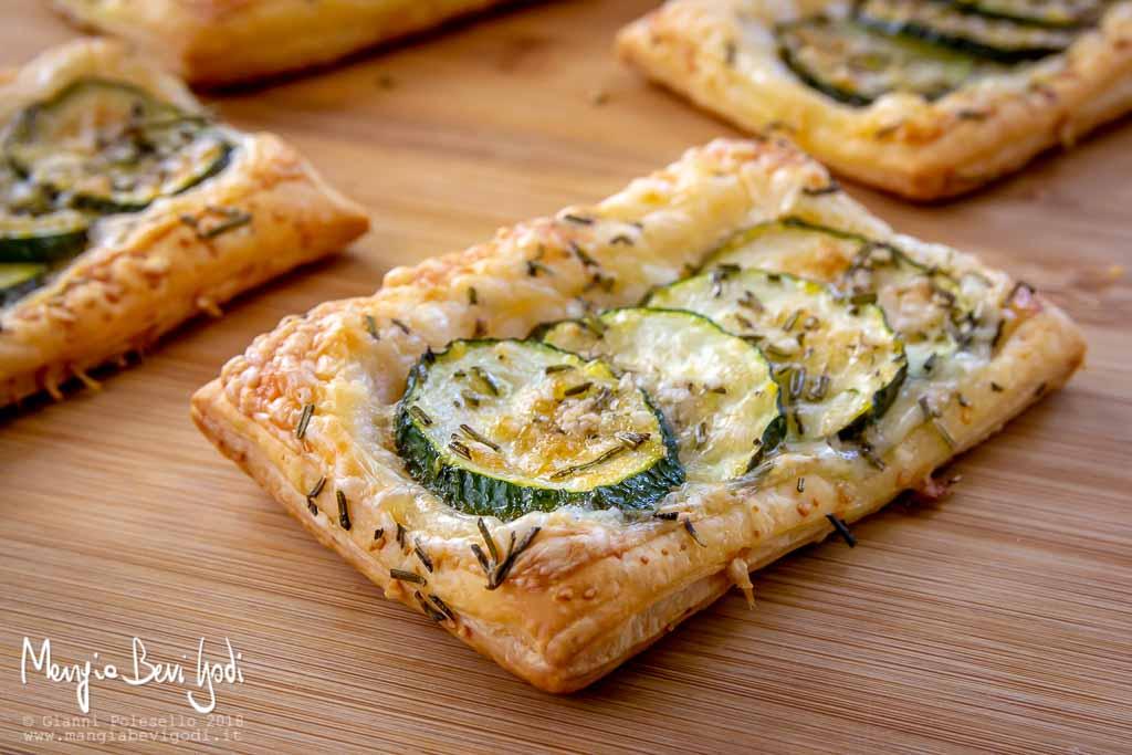 Rettangoli di pasta sfoglia con zucchine, rosmarino e formaggio