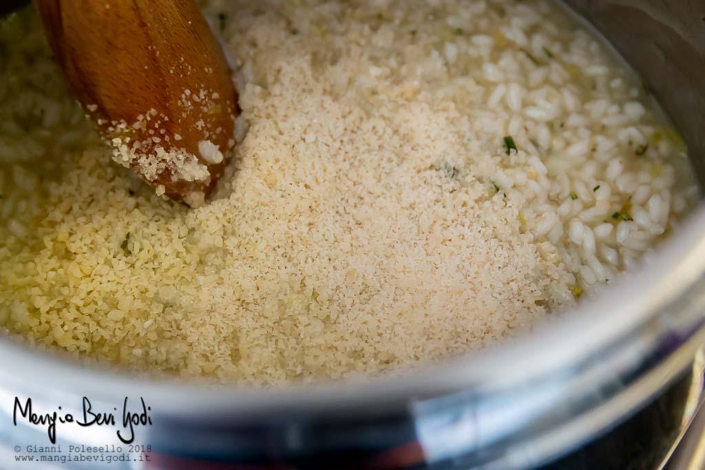 Aggiungere il parmigiano e mantecare il risotto