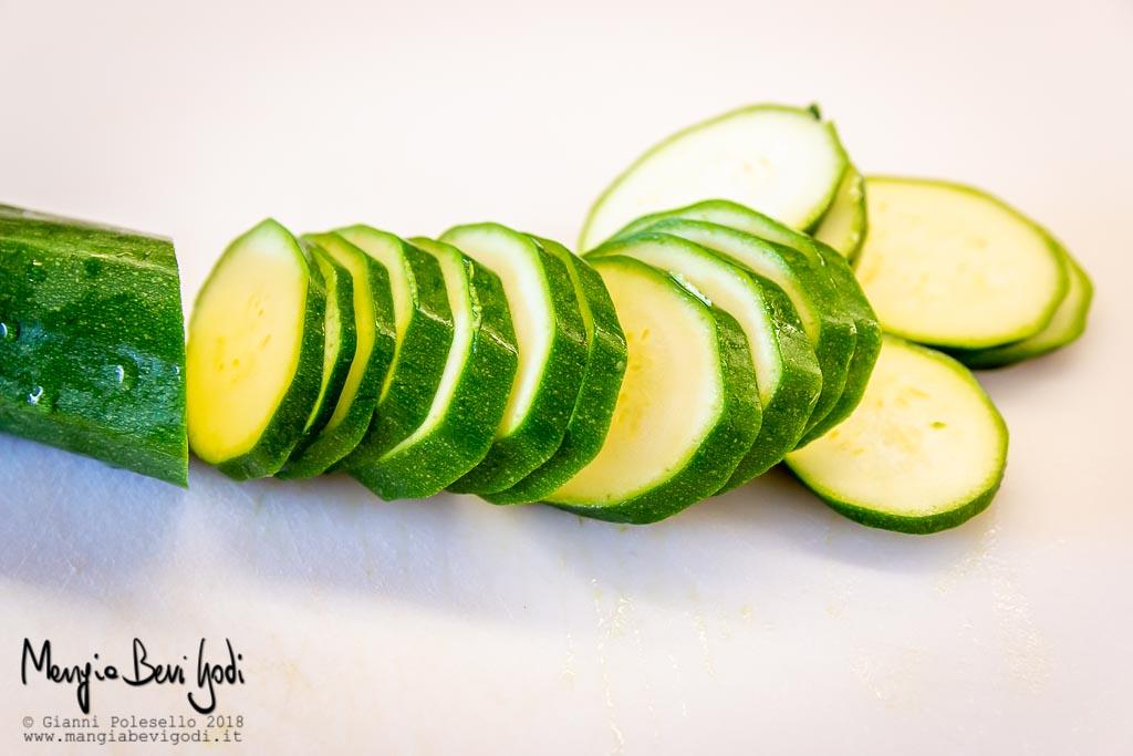 Tagliare a rondelle le zucchine